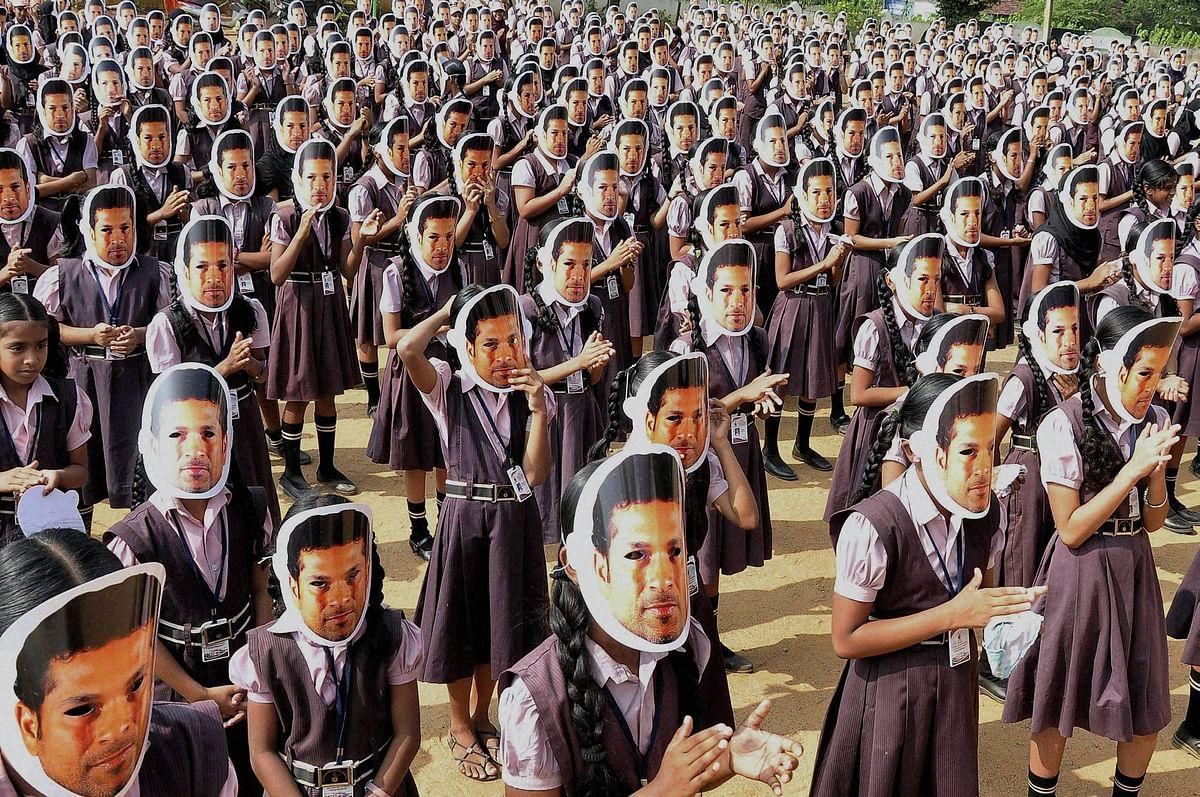 Sachin masks dazzle as 2,000  students bid adieu in style