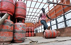 Bhopal: Illegal refilling of LPG cylinders detected