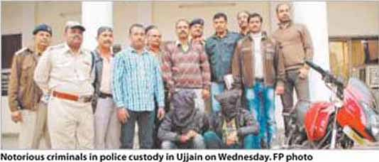 2 criminals fall in police net; pistols with live cartridges recovered