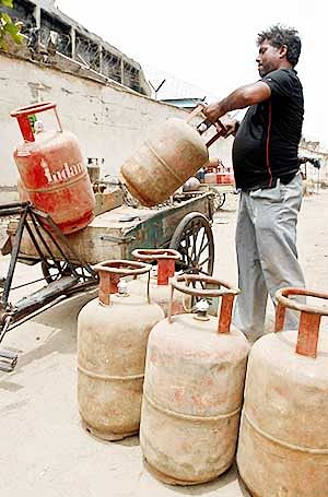 Price of cooking gas may rise by Rs 4-10