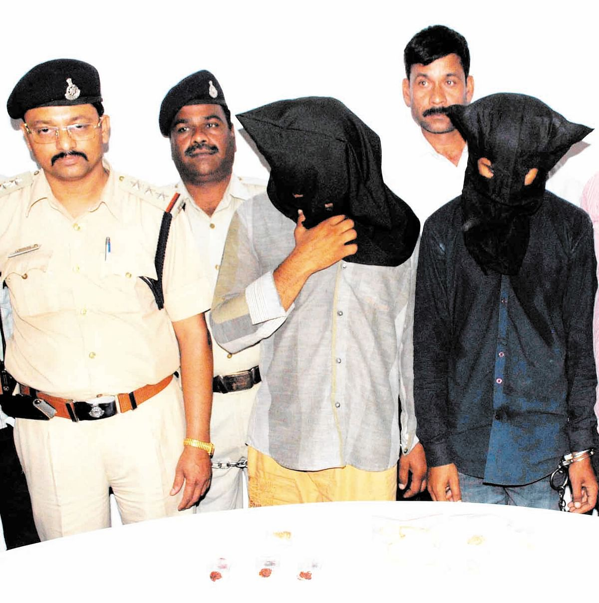 Two chain snatchers caught, 7 chains recovered