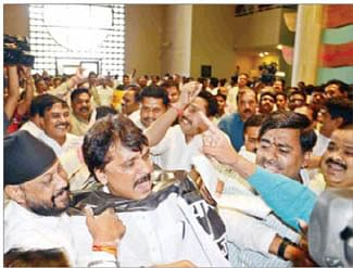 Cong ruckus forces CM to abandon his reply midway
