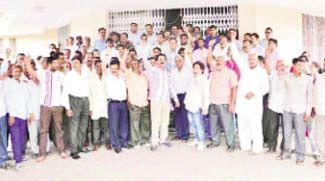 Varsity teachers stage dharna
