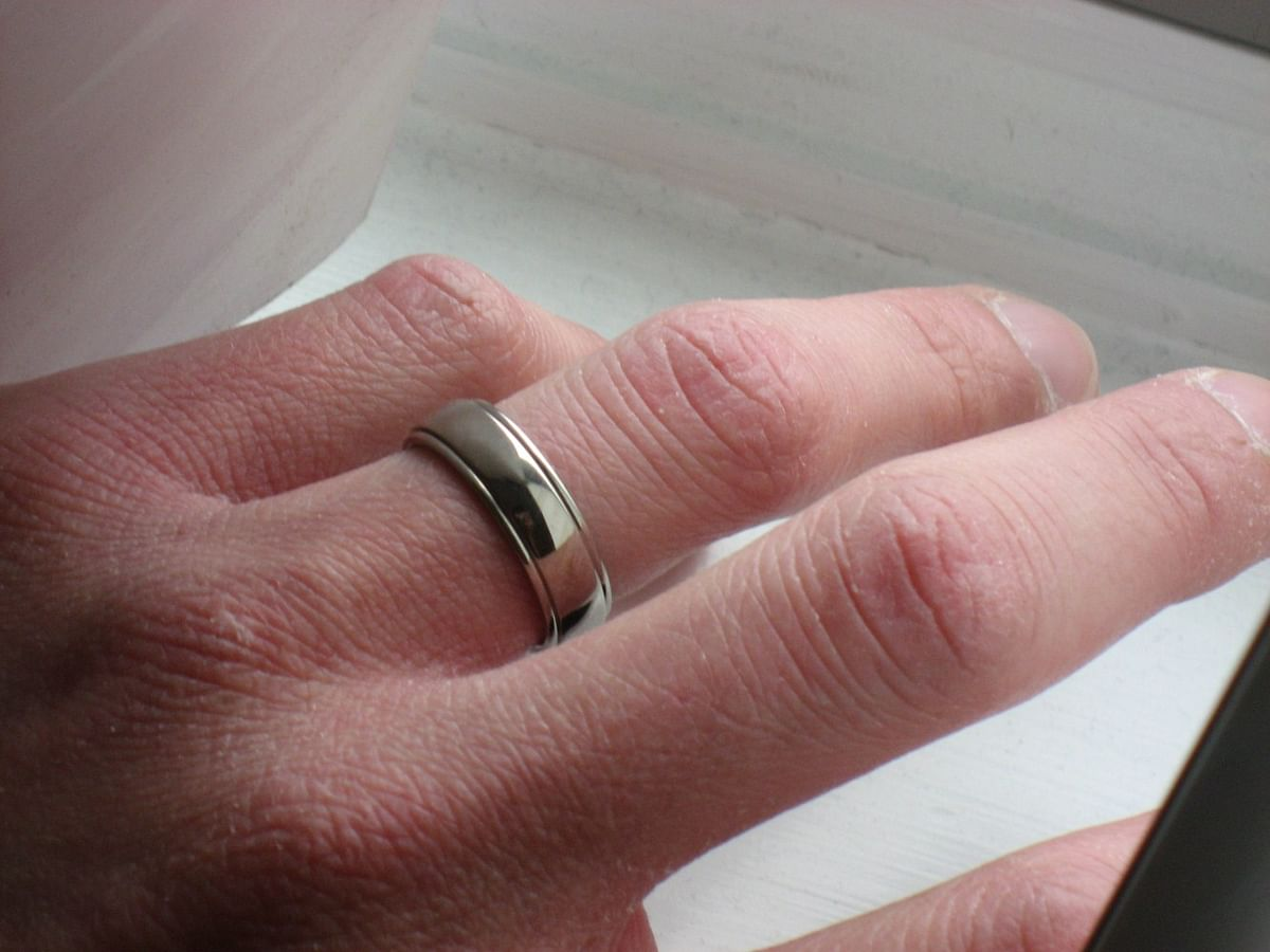 Men wearing wedding bands likelier to lure women