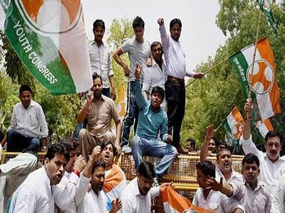 Youth Congress activists protest against Gowdas in Bangalore