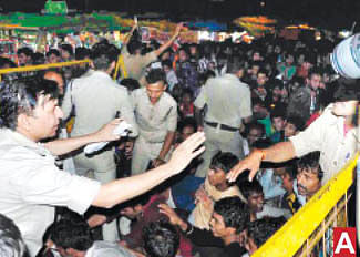 Cops fail to manage crowd; charge cane on devotees