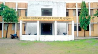Only 3 teachers teach 916 students at Petlawad college