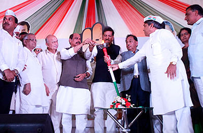 Chief Minister Prithviraj Chavan, former Union home minister Sushilkumar Shinde, MPCC chief Manikrao Thakre, campaign committee chairman Narayan Rane, co-ordination committee chairman Ashok Chavan and other Congress leaders lighting the 'mahajyot' at Hutatma Chowk before start of the Congress election campaign in state in Mumbai on Monday.