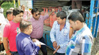 8 domestic LPG cylinders seized