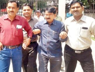 Peon caught taking bribe, SDM clerk also arrested