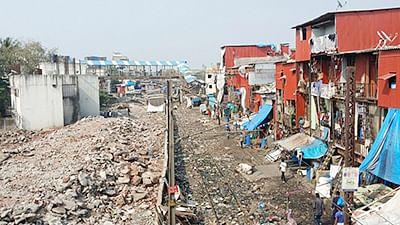 Slums flourish in Bandra East, WR unfazed!