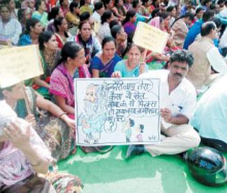 Teachers stage demo against govt move
