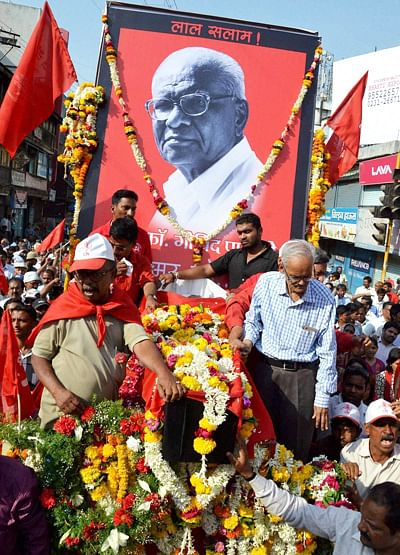 People participate in the funeral ceremony of Comrade Govind Pansare in Kolhapur on Saturday. -PTI