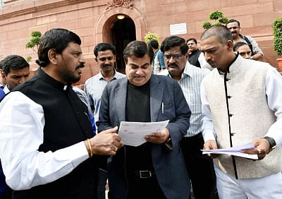 Athawale faux pas at oath-taking ceremony