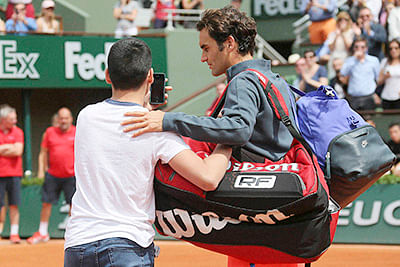 Angry Federer slams organisers after 'selfie' scare