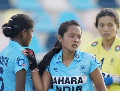 Dhoni meets India junior  women hockey players