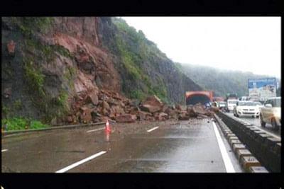 Heavy rain induces major landslide on Expressway