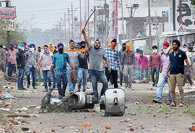 Jammu: Angry Sikh protesters during a clash with police after they removed a poster of Jarnail Singh Bhindranwale at Rani Ragh near the airport in Jammu on Thursday. PTI Photo   (PTI6_4_2015_000168B)
