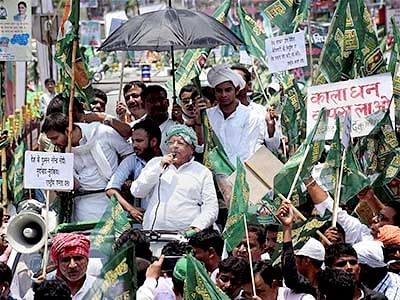 Patna: Rashtriya Janata Dal chief Lalu Prasad along with his partymen marches to Bihar Governor Keshari Nath Tripathi's residence demanding Centre to publish Caste Census, in Patna on Monday. PTI Photo  (PTI7_13_2015_000110B)