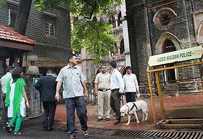 Mumbai Police Dogs Squad detecting during High Alert at Bombay High court, In Mumbai on Monday... Photo by Bhushan Koyande