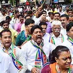 MNS protests at mayor's bungalow, asks him to quit