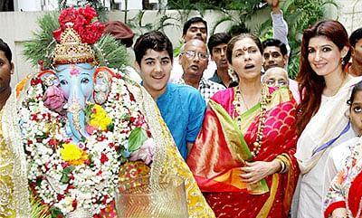 Mumbai : Bollywood actress Dimple Kapadia with daughter Twinkle Khanna during the Ganesh Visarjan procession in Mumbai on Monday. PTI Photo   (PTI9_21_2015_000245B)