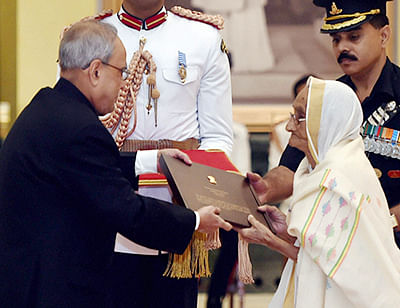 New Delhi:  President Pranab Mukherjee felicitate Rasoolan Bibi, the widow of Param Vir Chakra awardee Abdul Hameed during  the tea party for the veterans of Indo-Pak 1965 War at Ceremonial Hall of Rashtrapati Bhavan in New Delhi on Tuesday. PTI Photo by Kamal Singh(PTI9_22_2015_000075B)