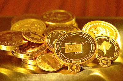 Gold futures down 0.43% on weak global cues