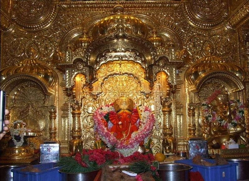 New Year 2021: Devotees visit Mumbai's Siddhivinayak temple to offer their prayers