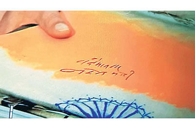 Congress frowns asModi signs on 'flag'