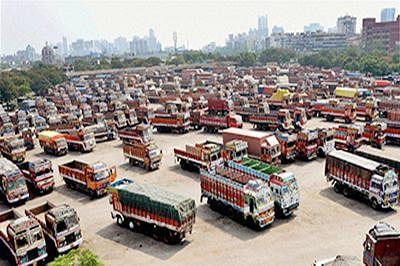 7 dead, 3 hurt in fiery crash between truck, motorcycles