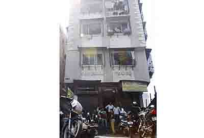 Mumbai Oct. 06 :- Two school students were injured while lift broke down, police officials investigate at the site at Sulaiman Tower, Nagpada in Mumbai. ( pic by Ravindra Zende )