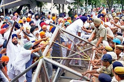 Akal Takht condemns police action on Sikh protesters