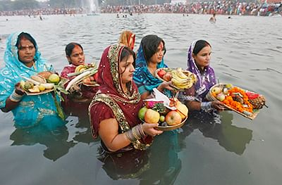 People enter Rabindra Sarobar by breaking open locks to perform Chhat puja