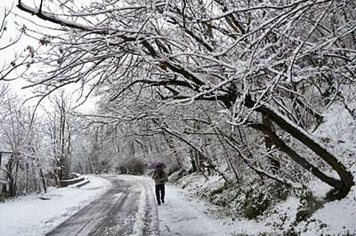 Kashmir shivers as mercury remains below zero