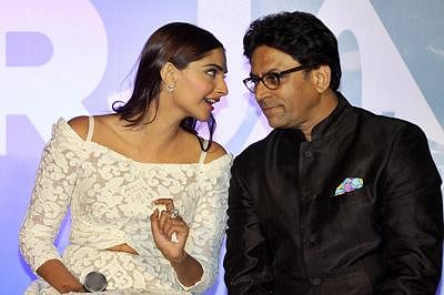 Indian Bollywood actress Sonam Kapoor (L) speaks with director Ram Madhvani during the launch of the trailer of the forthcoming biopic 'Neerja' in Mumbai late December 17, 2015.  The film tells the story of stewardess Neerja Bhanot who was killed while protecting passengers on the hijacked aircraft Pan Am 73 in 1986.     AFP PHOTO/Sujit Jaiswal