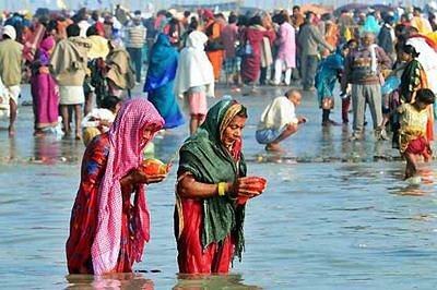 Makar Sankranti: Thousands brave winter for 'holy dip'