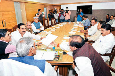 Congress to focus on govt splurging money, farmers' woes