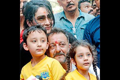 Manayata, Sanjay Dutt creating new memories of their 'perfect family'