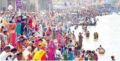 Thousands take holy dip in Kshipra on Somvati Amavasya