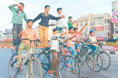 Laughter therapy, cycle stunts mark Indori Subah
