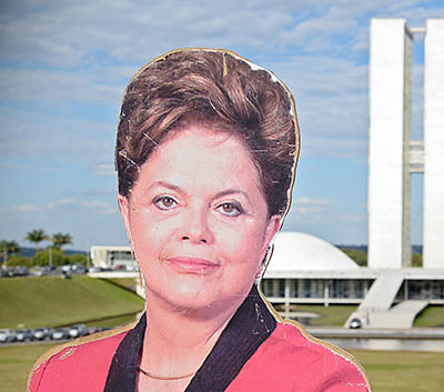 Real size figures of Brazilian President Dilma Rousseff (L) and former Brazilian president (2003-2011) Luiz Inacio Lula Da Silva with the National Congress in the background are seen during a protest against them in Brasilia on April 11, 2016.  An impeachment committee was due to vote Monday on the fate of Brazilian President Dilma Rousseff ahead of a decisive vote in the lower house of Congress on whether she will face trial. / AFP PHOTO / ANDRESSA ANHOLETE