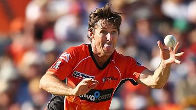 PERTH, AUSTRALIA - DECEMBER 26: Brad Hogg of the Scorchers attempts to catch Jason Floros of the Heat during the Big Bash League match between the Perth Scorchers and the Brisbane Heat at WACA on December 26, 2015 in Perth, Australia.  (Photo by Paul Kane/Getty Images)