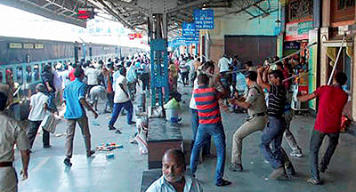Asansol: RPF lathicharge on the hawkers at the platform of Asansol Railway Station in West Bengal on Tuesday.  PTI Photo (PTI4_12_2016_000347B)