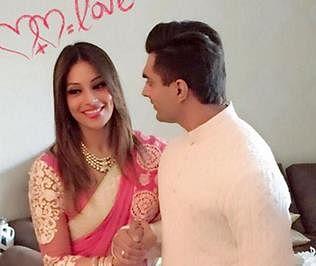 Bipasha not affected with Karan's past-knots