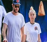 Cyrus, Hemsworth have lunch with his parents