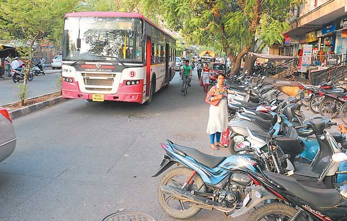 Mumbai: Errant motorists continue to park vehicles on city roads despite crackdown