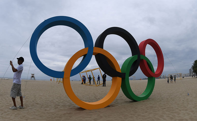 Olympic rings made out of recycled material inaugurated in Copacabana Beach on July 21, 2016. / AFP PHOTO / VANDERLEI ALMEIDA