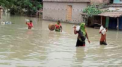 Gopalganj: Villagers move to a safe place from floods in Gopalganj in Bihar on Saturday. PTI Photo (PTI7_30_2016_000061B)