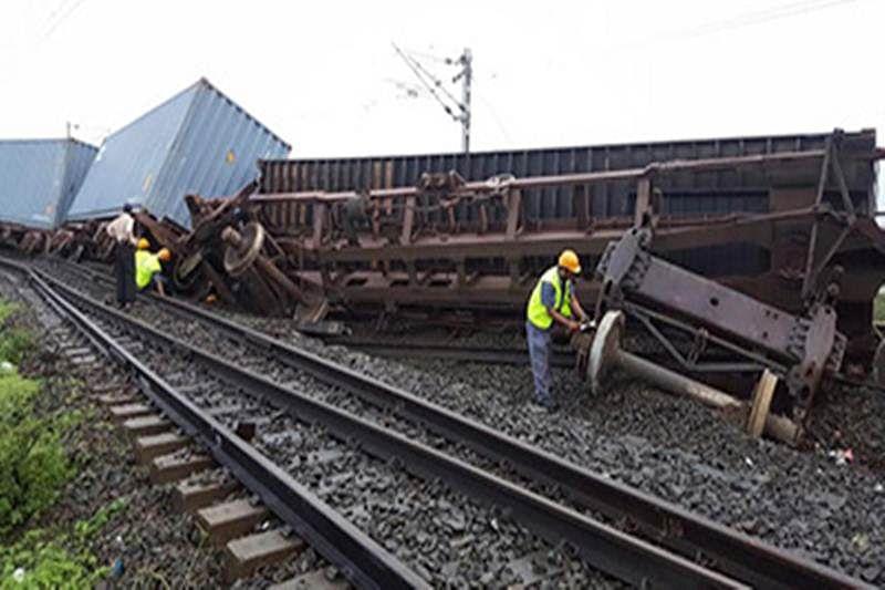 11 Wagons fully loaded goods train coming from Jawaharlal Nehru Port Trust derails near Dahanu